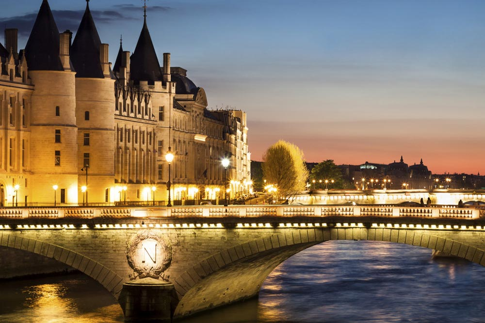 Paris-by-night-local-experiences