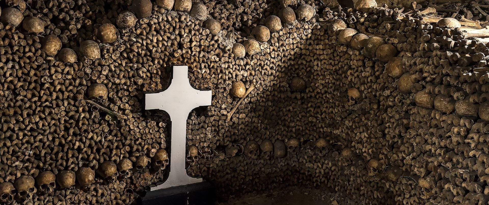 catacombs-paris-tour-bones-skulls