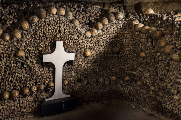 catacombs-paris-tour-bones-skulls1